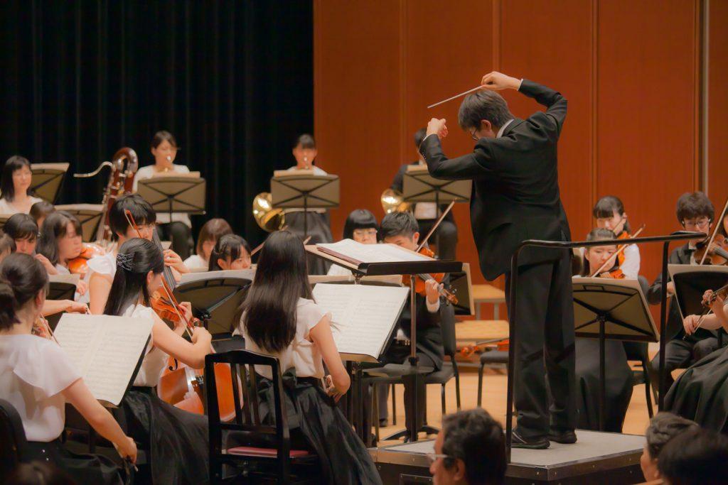生徒 城巽音楽フェスティバル オーケストラ指揮風景写真